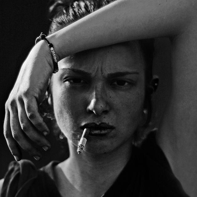 черно белые фото девушек с факом